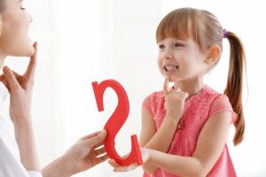 Śliczna mała dziewczynka u logopedy
